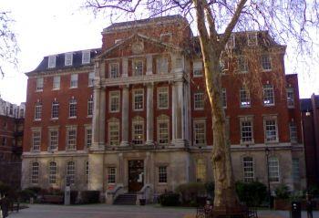 Vacanze Studio a Londra: La facciata principale del college.