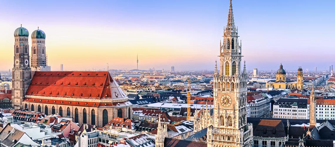 Il municipio neogotico, il Marienplatz e la Frauenkirche.