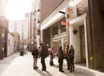 Dai 30 anni di età  scuola di Covent Garden, in una tranquilla via pedonale a pochi passi da Covent Garden, Holborn e Tottenham Court Road