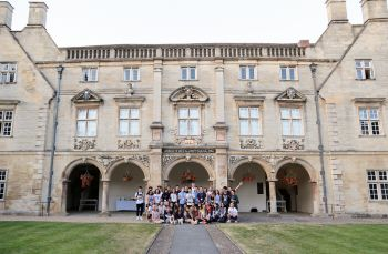 gruppo studenti young adult cambridge