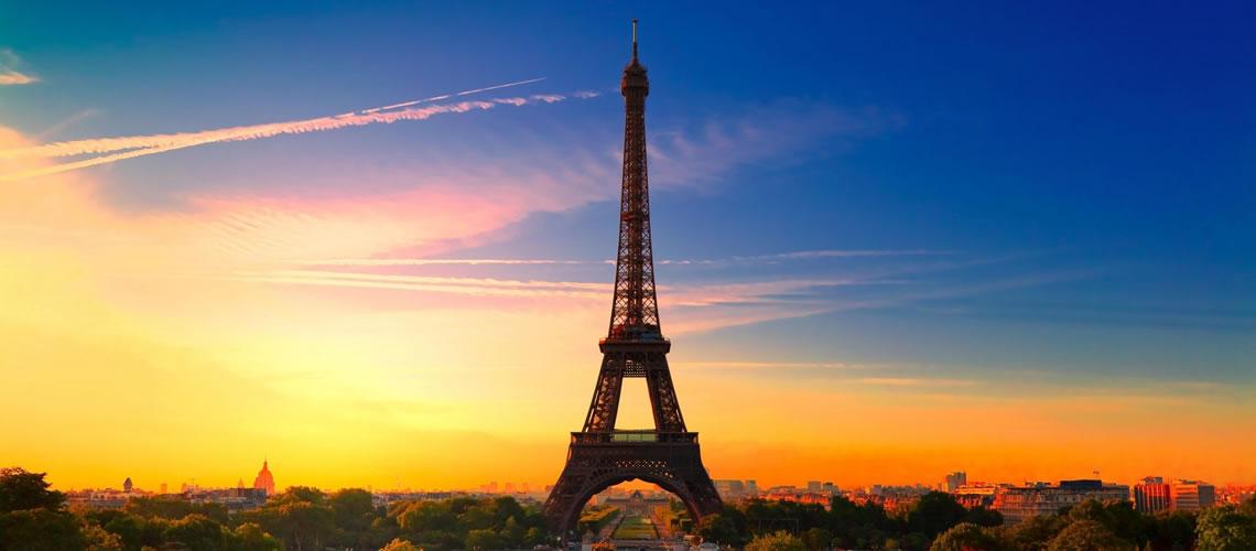 Veduta notturna della Tour Eiffel.