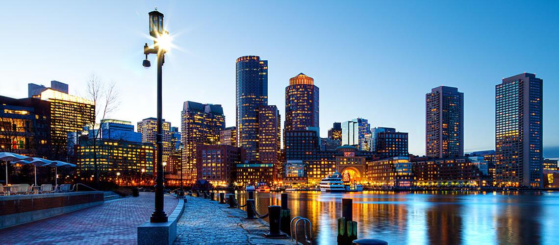 Una veduta notturna della città